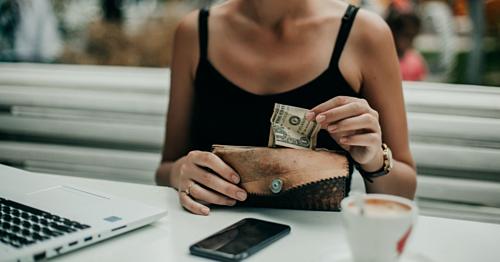 Tiêu tiền mặt có thể giúp bạn tránh xa nhiều thực phẩm không lành mạnh. Ảnh: Twenty20.
