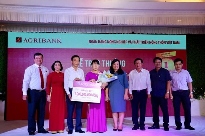 """Agribank trao sổ tiết kiệm 1 tỷ đồng cho khách hàng trúng Giải đặc biệt thứ nhất chương trình """"Gửi tiền trúng lớn cùng Agribank"""""""