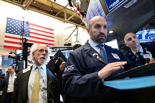 Nhân viên giao dịch trên sàn chứng khoán New York. Ảnh: Reuters.