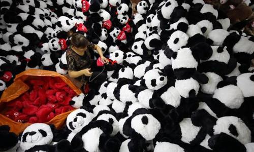Công nhân trong một nhà máy đồ chơi ở Giang Tô, Trung Quốc. Ảnh: CNN.