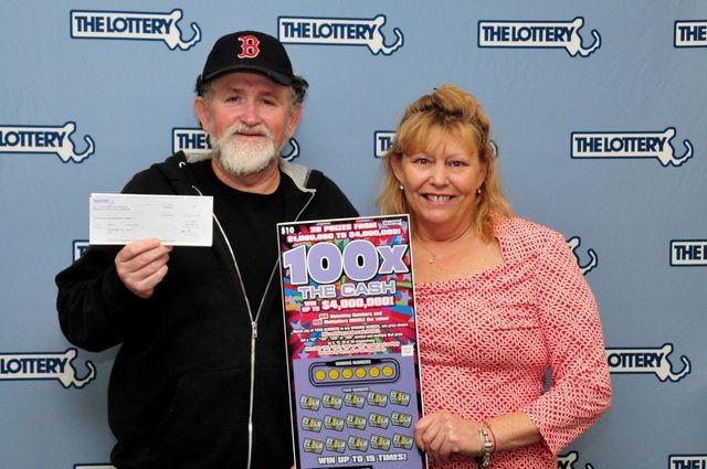 Ông Kevin Phillips và bà Janet Pflaumer-Phillips đi nhận giải thưởng xổ số hồi năm 2016. (Nguồn: Massachusetts Lottery).