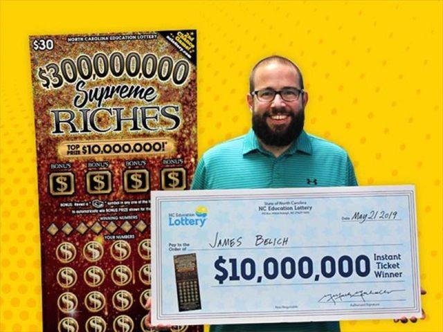 James Belich đến nhận giải độc đắc 10 triệu USD. (Nguồn: North Carolina Education Lottery).