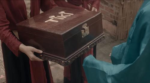 Một kiện hàng Tiki xuyên không về thời cổ tích Tấm Cám trong MV ca nhạc của Chi Pu.