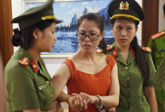 Lực lượng Công an di lý đối tượng Hoàng Thị Hương về Công an Thanh Hóa phục vụ công tác điều tra.