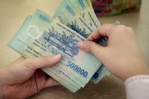 Từ 1/7, những người hưởng lương từ ngân sách nhà nước sẽ được tăng lương cơ sở 100.000 đồng mỗi tháng. Ảnh: Xuân Hoa.