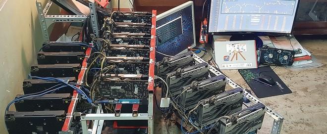 """Các đồng bitcoin tự động sinh ra bởi thuật toán được thiết kế trong mã nguồn của bitcoin (trong ảnh là các thiết bị dùng để """"đào"""" bitcoin)."""