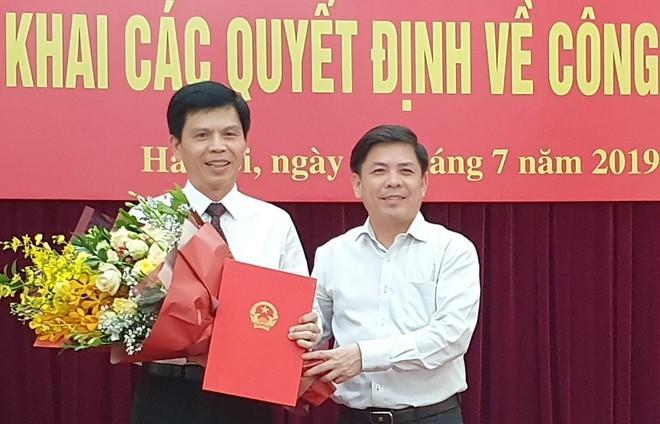 Bộ trưởng Bộ Giao thông vận tải Nguyễn Văn Thể trao quyết định và chúc mừng tân Thứ trưởng Lê Anh Tuấn.