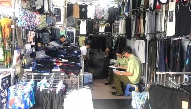 Lực lượng Quản lý thị trường Hà Nội phối hợp với Ban chỉ đạo 389 huyện Gia Lâm kiểm tra chợ Ninh Hiệp. (Ảnh: dms.gov.vn)