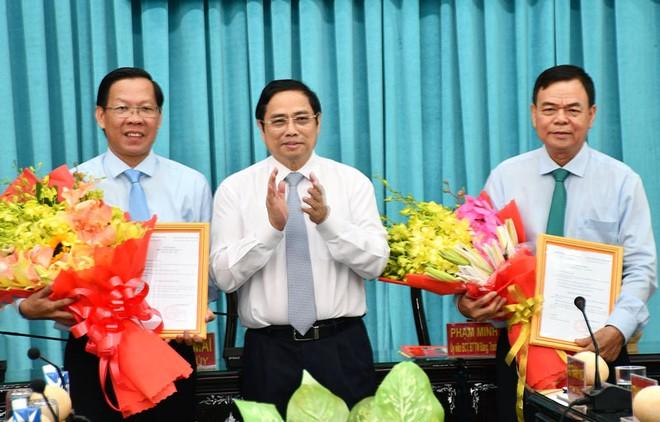 Đồng chí Phạm Minh Chính trao quyết định cho đồng chí Võ Thành Hạo và đồng chí Phan Văn Mãi.