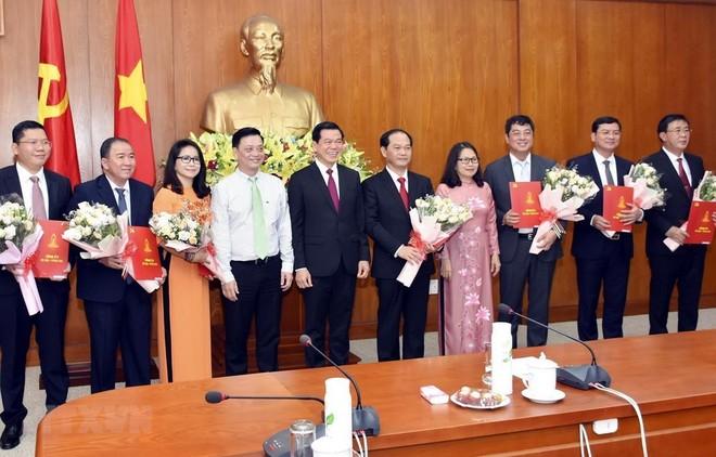 Lãnh đạo Tỉnh ủy Bà Rịa-Vũng Tàu trao Quyết định và tặng hoa các cán bộ được phân công công tác mới. (Ảnh: Ngọc Sơn/TTXVN).