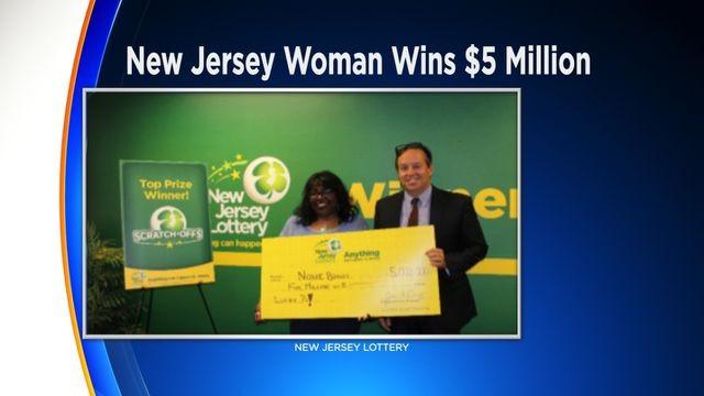 Nonie Briggs chụp ảnh cùng giải thưởng 5 triệu đô la Mỹ xổ số của mình.