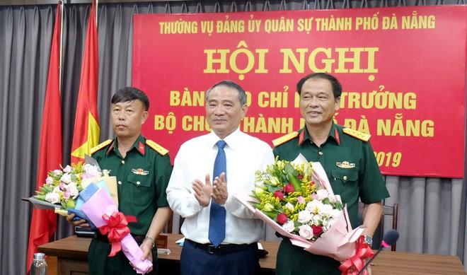 Bí thư Thành ủy Đà Nẵng Trương Quang Nghĩa chúc mừng Đại tá Nguyễn Quốc Hương và Đại tá Trương Chi Lăng.