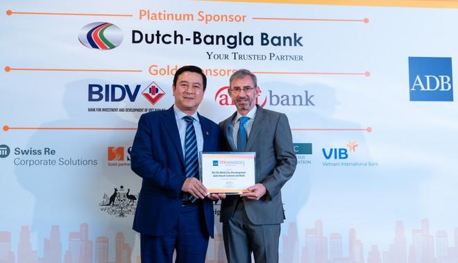 """Ông Trần Hoài Nam, Phó tổng giám đốc, đại diện HDBank nhận giải """"Green Deal Award"""" tại Singapore."""