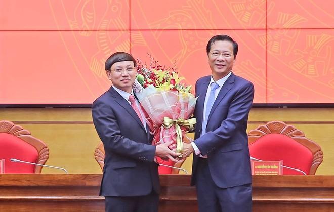 Đồng chí Nguyễn Văn Đọc chúc mừng đồng chí Nguyễn Xuân Ký được bầu làm Bí thư Tỉnh ủy Quảng Ninh.