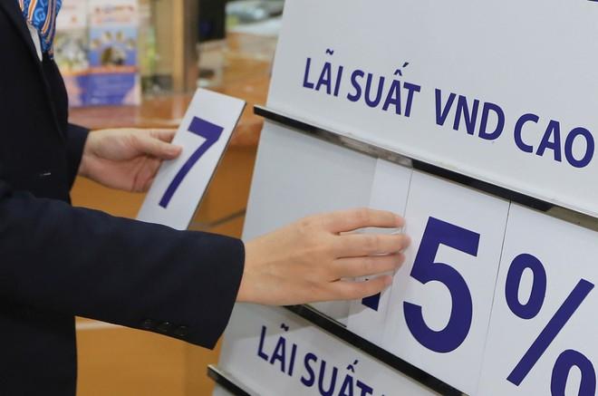"""Các nền kinh tế đang giảm lãi suất, tại sao Việt Nam """"đứng im""""?"""