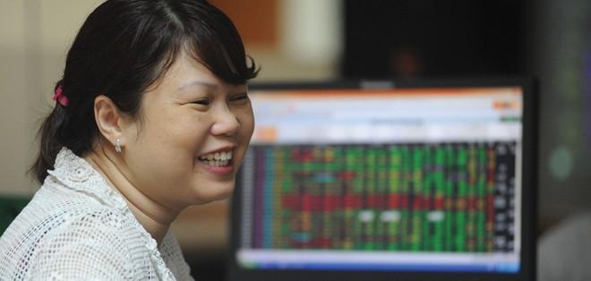 Thị trường chứng khoán đã phản ứng tích cực sau khi thông tin hạ lãi suất được công bố .
