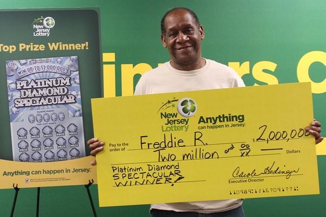 Freddie Robinson cùng giải xổ số 2 triệu đô la của mình hồi năm 2017.