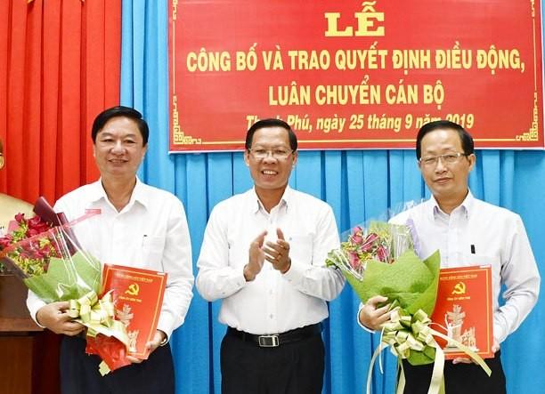 Bí Thư Tỉnh ủy Phan Văn Mãi trao quyết định cho đồng chí Nguyễn Trúc Sơn (bên phải) và đồng chí Lê Văn Khê.
