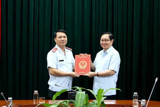 Bộ trưởng Bộ Nội vụ Lê Vĩnh Tân trao quyết định bổ nhiệm cho đồng chí Nguyễn Xuân Đạt.