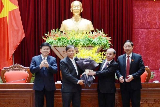 Lãnh đạo UBND tỉnh Hòa Bình chúc mừng đồng chí Bùi Đức Hinh.
