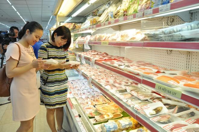 Người tiêu dùng mua thịt lợn tại siêu thị Hapro Mart Thanh Xuân, Hà Nội. (Ảnh: Đỗ Phương Anh/TTXVN).
