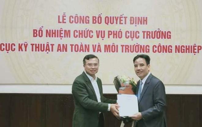 Thứ trưởng Hoàng Quốc Vượng trao quyết định và chúc mừng đồng chí Trần Anh Tấn.