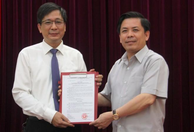Bộ trưởng Nguyễn Văn Thể trao quyết định cho đồng chí Đinh Mạnh Đức.