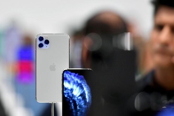 iPhone 11 Pro Max bị cắt giảm đơn đặt hàng vì khách hàng…'chuộng' iPhone 11 hơn Ảnh: AFP.