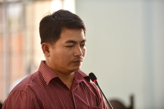 Đối tượng Bùi Văn Sáng bị tuyên phạt 18 tháng tù giam cho hành vi ngâm tẩm hóa chất củ cải, cà rốt bán ra thị trường.