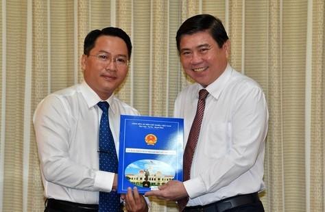 Chủ tịch UBND TP.HCM Nguyễn Thành Phong trao quyết định cho đồng chí Nguyễn Tấn Phát.