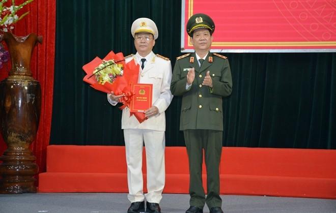 Trung tướng Nguyễn Văn Sơn trao quyết định và chúc mừng Đại tá Nguyễn Đức Dũng.