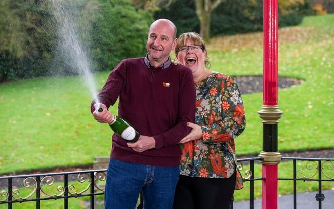 David và Lynne Price (phải) khui sâm panh ăn mừng gia đình nhận được liên tiếp hai tin vui lớn trong đời. Ảnh: APA.