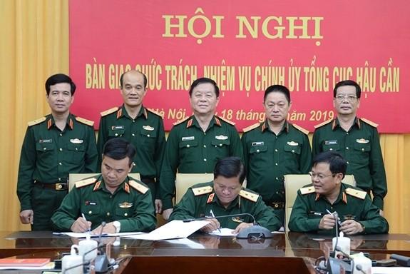 Thượng tướng Nguyễn Trọng Nghĩa chứng kiến ký kết biên bản bản giao chức trách Bí thư Đảng ủy, Chính ủy Tổng cục Hậu cần. Ảnh QĐND