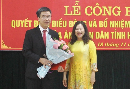 Phó Chánh án Tòa án nhân dân tối cao Nguyễn Thị Hiền trao quyết định cho đồng chí Chu Thành Quang.