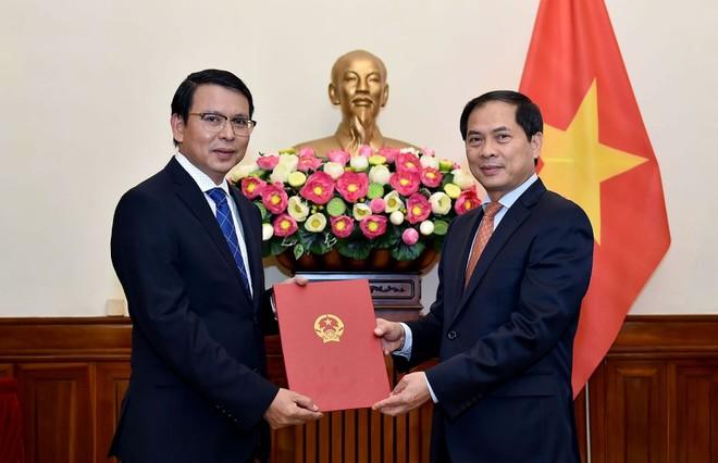 Thứ trưởng Bùi Thanh Sơn trao quyết định cho đồng chí Nguyễn Văn Trung.