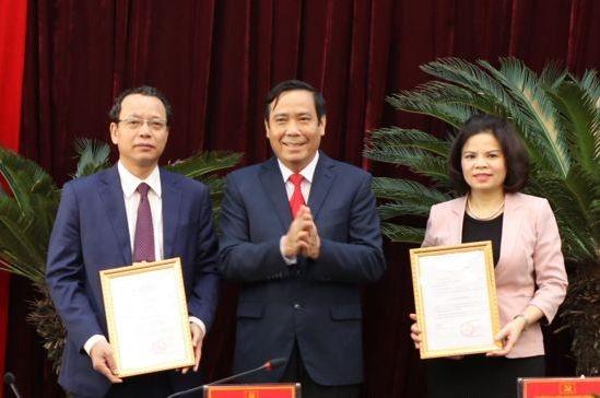 Phó Trưởng Ban Thường trực Ban Tổ chức Trung ương Nguyễn Thanh Bình trao quyết định cho đồng chí Nguyễn Hương Giang và đồng chí Nguyễn Quốc Chung.