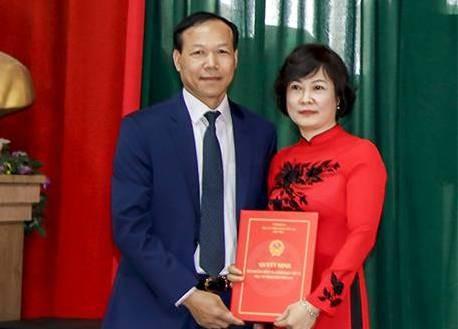 Phó Chánh án Tòa án nhân dân tối cao Nguyễn Trí Tuệ trao quyết định cho bà Trần Thị Hồng Nhạn.