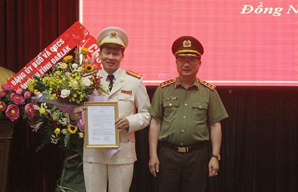 Thượng tướng Nguyễn Văn Thành trao quyết định cho Đại tá Vũ Hồng Văn.