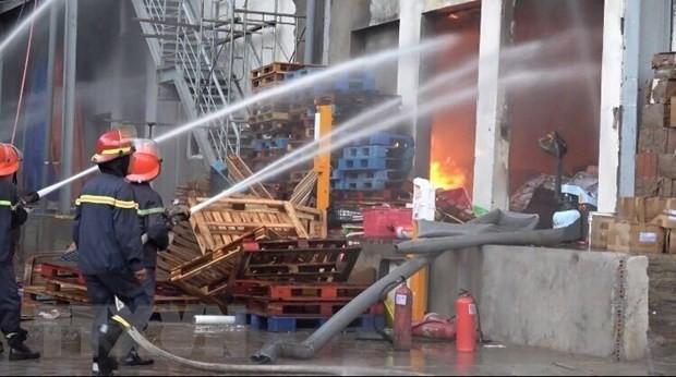 Lực lượng phóng cháy, chữa cháy nỗ lực dập lửa. (Ảnh: Nguyễn Văn Việt/TTXVN)
