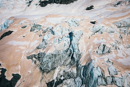 Sông băng trên núi New Zealand chuyển màu đỏ ảnh 1