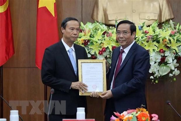 Ông Nguyễn Thanh Bình (phải), Phó Ban thường trực Ban Tổ chức Trung ương, trao quyết định của Ban Bí thư cho ông Nguyễn Văn Thọ. (Ảnh: Đoàn Mạnh Dương/TTXVN)