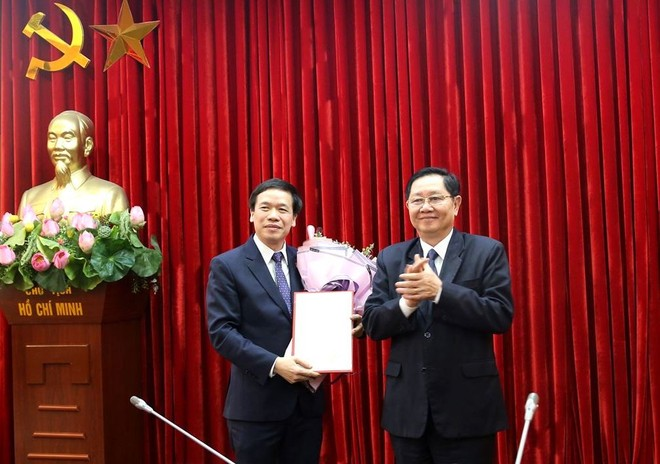 Bộ trưởng Lê Vĩnh Tân trao quyết định và chúc mừng đồng chí Lại Đức Vượng.