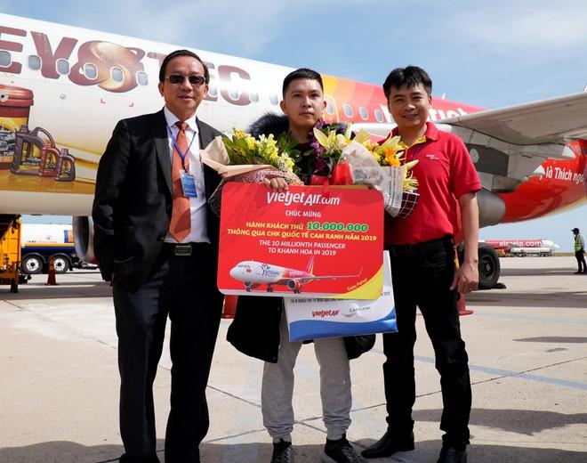 Vietjet cùng Khánh Hòa chào đón vị khách thứ 10 triệu của năm 2019 ảnh 1