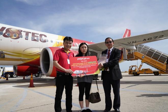 Vietjet cùng Khánh Hòa chào đón vị khách thứ 10 triệu của năm 2019 ảnh 2