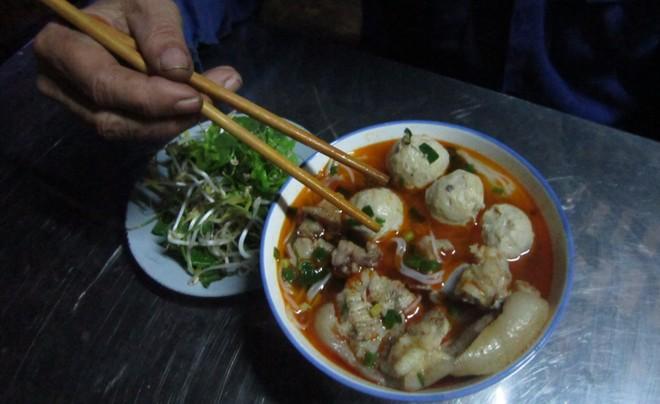 Một tô bún bò giò heo. Ảnh: Nguyễn Văn Toàn.