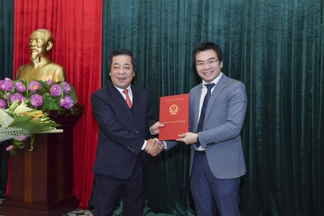 Phó Thống đốc Ngân hàng Nhà nước Việt Nam Nguyễn Kim Anh trao quyết định bổ nhiệm ông Đặng Huy Cường giữ chức vụ Phó Vụ trưởng Vụ Tổ chức cán bộ