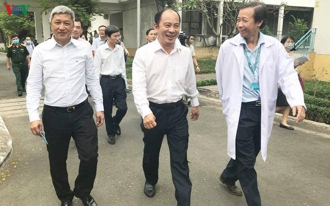 Thứ trưởng Bộ Y tế Nguyễn Trường Sơn (ngoài cùng bên trái) kiểm tra công tác cách ly, điều trị cho bệnh nhân tại TP.HCM.