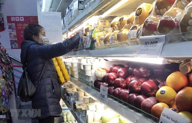 Khách lựa chọn hàng hóa tại siêu thị Vinmart. (Ảnh: Trần Việt/TTXVN).