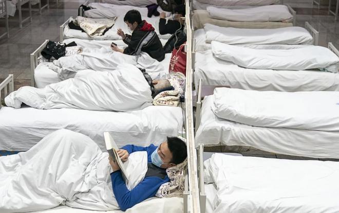 Các bệnh nhân nhiễm virus corona được cách ly tại một bệnh viện cabin di động tại một trung tâm triển lãm ở Vũ Hán. (Ảnh: SCMP).