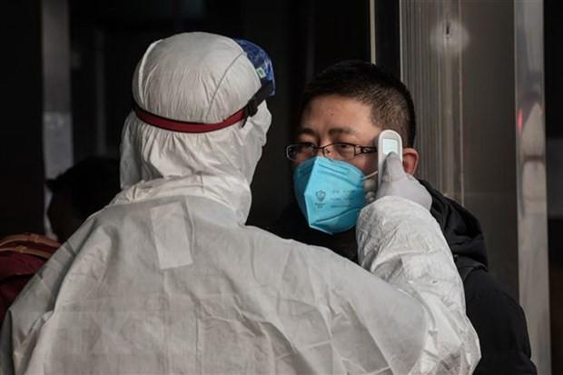 Kiểm tra thân nhiệt một hành khách nhằm ngăn chặn sự lây lan của dịch viêm đường hô hấp cấp do virus corona chủng mới (2019-nCoV) tại nhà ga đường sắt ở Bắc Kinh, Trung Quốc ngày 27/1/2020. (Nguồn: THX/TTXVN).